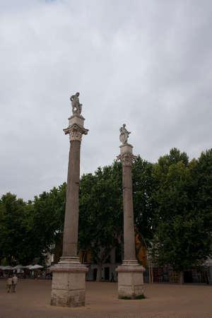 columnas romanas: Columnas romanas de la Alameda de Hércules, Sevilla Foto de archivo