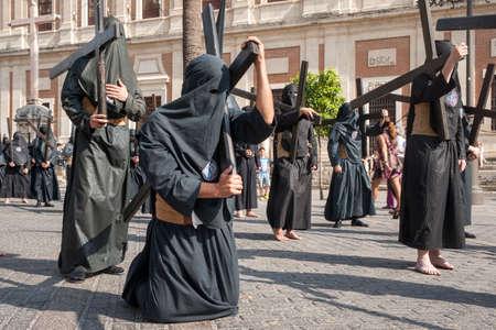 fraternidad: Penitente con su cruz, Semana Santa de Sevilla Nazareno de la Hermandad de los estudiantes