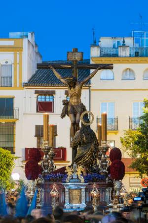 fraternidad: procesi�n de la Hermandad de la Hiniesta a trav�s de las calles de Sevilla