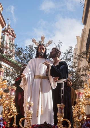 fraternidad: hermandad del beso de Judas en la celebraci�n de la Semana Santa de Sevilla, Espa�a Foto de archivo