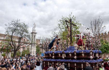 fraternidad: Hermandad del Cerro del Aguila, Pascua en Sevilla