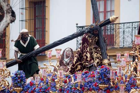fraternidad: Paso de misterio de la Hermandad de la Esperanza de Triana, en Sevilla Pascua