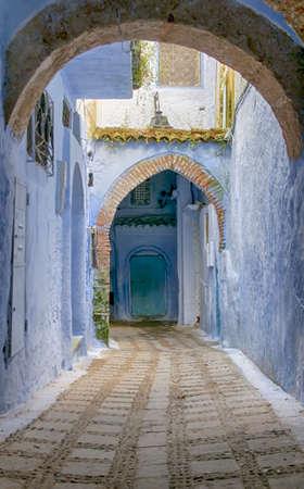 Blick auf die engen Gassen des Medina-Viertels von Chefchaouen in Marokko Standard-Bild - 75353350