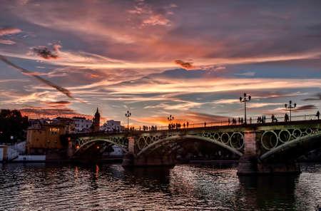 Mooie Triana-brug naast de rivier van Guadalquivir op zijn manier door de stad van Sevilla, Andalusia