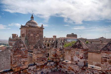 スペイン、エストレマドゥーラ州のコミュニティのカセレスの中世都市