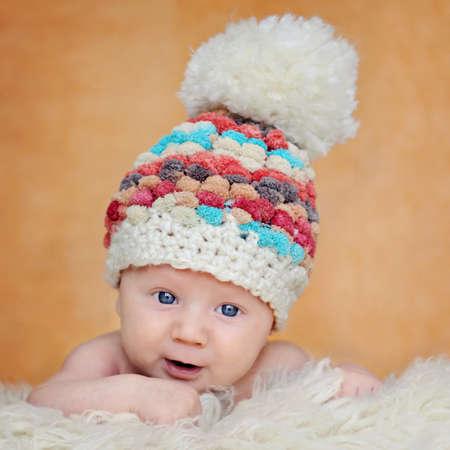 pompom: Curioso, felice, due mesi di et� bambino in cappello carino