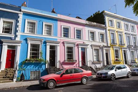 빅토리아 계단식 집들이 파스텔 색상으로 깔끔하게 그려져 있습니다.