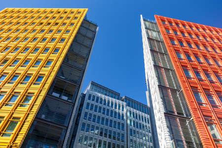 Central Saint Giles는 런던 중부 지역에서 복합 용도로 개발되었습니다 2010 년 5 월에 완공 된 4 억 5 천만 달러의 비용으로 이탈리아 건축가 렌조 피아노 (Ren