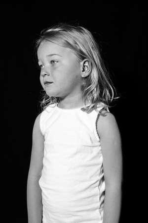 낮은 키 어린 아이의 초상화입니다. 슬픈 찾고 소녀.