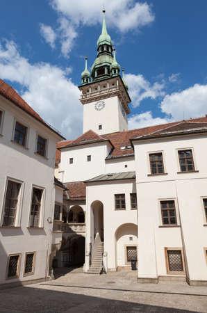 시계탑 및 오래 된 마을 회관 브르노, 체코에서 마당의 전망.