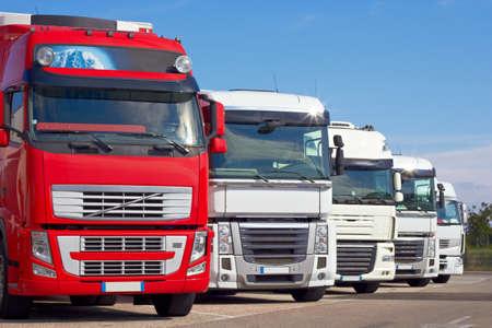 transport: Lieferung Fahrzeuge auf dem Parkplatz