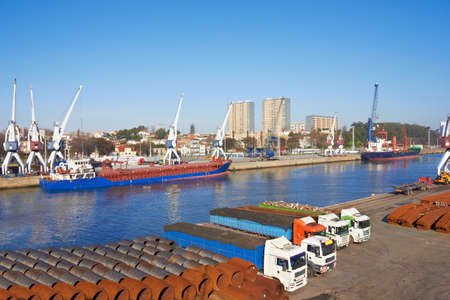 Port in Porto, Portugal, craines and Large ships 免版税图像