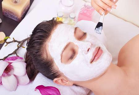 Beauté, femme, obtenir un masque facial