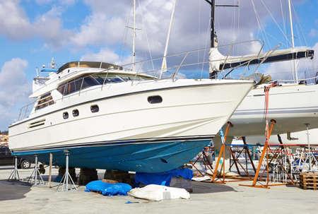azul marino: Reparaciones de barcos en un astillero Foto de archivo