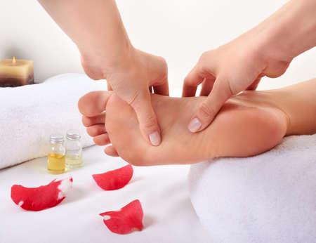 piedi nudi di bambine: massaggio del piede sano Archivio Fotografico