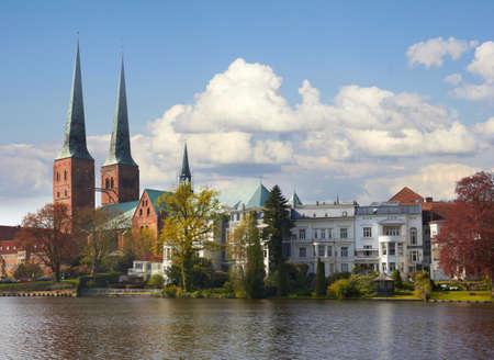 Trave rivier, de oude historische stad Lübeck, Duitsland