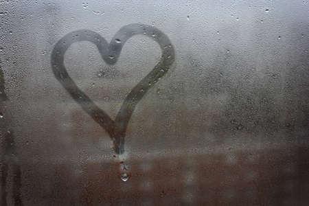 愛のシンボル。ガラスに描かれた心