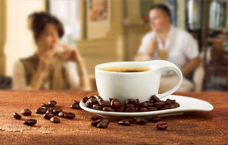 テーブル カフェでコーヒーを 1 杯