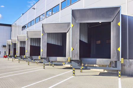 Loading Dock Bay Doors at Distribution Warehouse 免版税图像 - 70120584