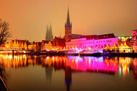 Mening van de pijlerarchitectuur in Lübeck bij nacht, Duitsland