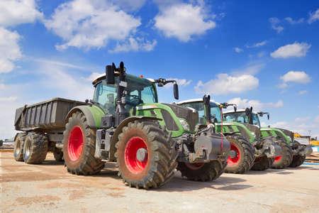 Landbouwmachines. Tractor, op een rij staan