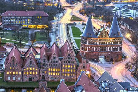 Holstentorpoort tijdens schemering. Uitzicht over de stad, Lübeck, Duitsland