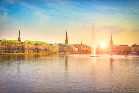 Alstermeer in avondlicht bij zonsondergang, Hamburg, Duitsland Redactioneel