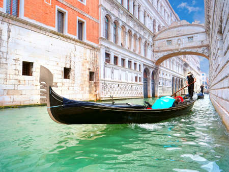 passing over: Traditional Gondolas passing over Bridge of Sighs in Venice Stock Photo