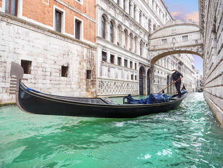 Bridge of sighs. Traditional Venetian transport. Gondola floating along the canal Stockfoto