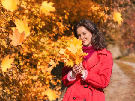 Young beautiful girl enjoying the autumn day Stockfoto - 131441410