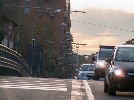 llegar tarde: Vista de la autopista en la ciudad
