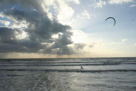 kitesurf: kite-surf soleil couchant