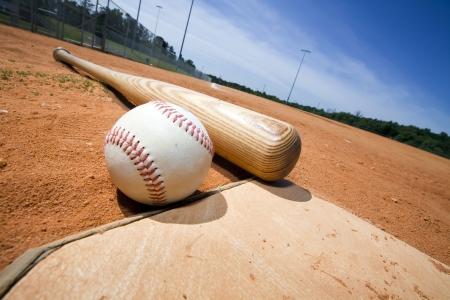 ballpark: El b�isbol y el bate en el plato de un estadio de b�isbol Foto de archivo