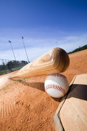 guante de beisbol: El b�isbol y el bate en el plato de un estadio de b�isbol Foto de archivo