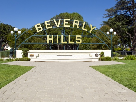 hollywood hills: BEVERLY HILLS, CA - 19 novembre: Beverly Gardens Park � un parco che si estende lungo Hollywood Boulevard a Beverly Hills, California, il 19 novembre 2010. Editoriali