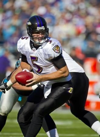 hands off: CHARLOTTE, Carolina del Norte - 21 de NOV, Baltimore Ravens quarterback Joe Flacco (5) manos fuera como las Panteras de Carolina se acogen a los Baltimore Ravens en el Banco de Am�rica Stadium en Charlotte, Carolina del Norte.
