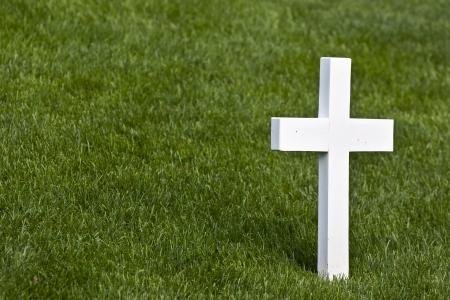 memorial cross: Una Cruz de m�rmol solitaria en un cementerio