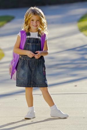 jolie petite fille: Un jeune petite fille se pr�pare � marcher � l'�cole