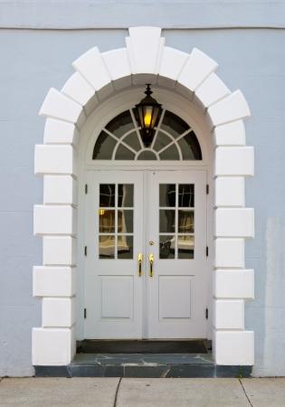 puertas antiguas: Casa colonial, puerta de entrada en una ciudad del sur de EE.UU.