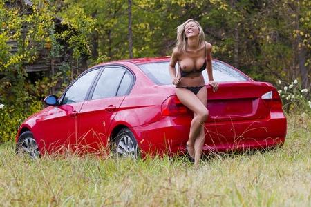 Blonde model poseren in de buitenlucht