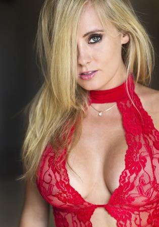 Blonde model poseren in lingerie met natuurlijke verlichting