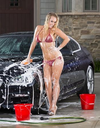 carwash: Hermosas modelos en bikini lavar un automóvil en un día de verano
