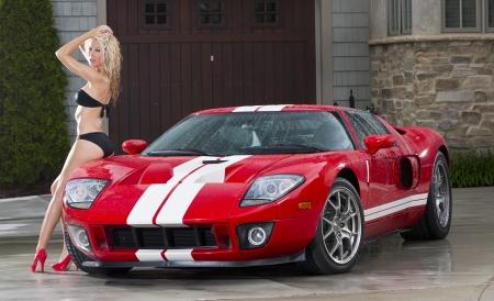 dirty girl: Bellissimi modelli di bikini lavano una macchina in un giorno d'estate