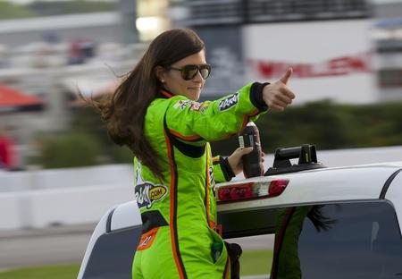 ATLANTA, GA - 02 de septiembre 2012 10 Danica Patrick saluda a la multitud antes de que ella corre a AdvoCare 500 en el Atlanta Motor Speedway en Hampton, GA Foto de archivo - 15080544