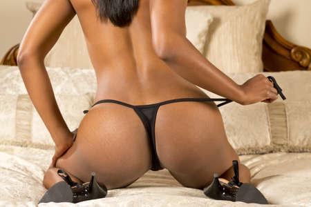 culo: Un modello sexy seducente in posa in una casa di lusso