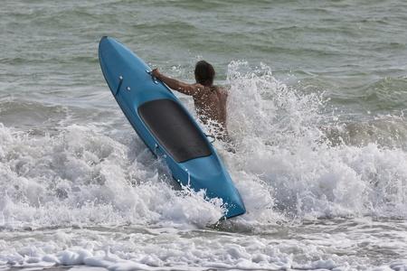 salvavidas: Socorristas practicar sus habilidades para salvar vidas en el mar