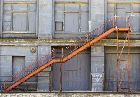 stair: Verlaten gebouw met roest en verval van het weer en het milieu