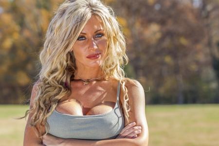 공원에서 야외에서 포즈 금발 모델