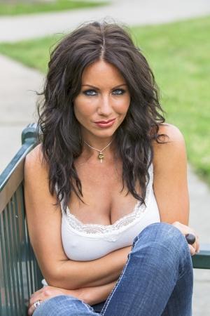 연못 근처 공원에 앉아 갈색 머리 모델