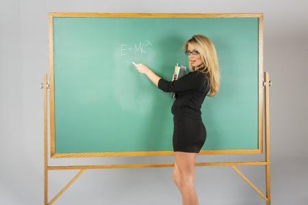 classroom teacher: Un insegnante di scuola attraente di fronte a una lavagna